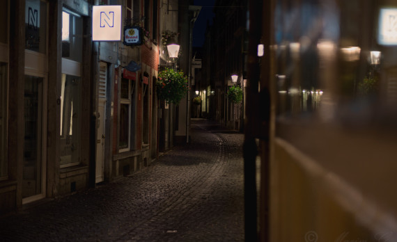 #stokstraat #Maastricht #canon #nightphotography #small_street #bar