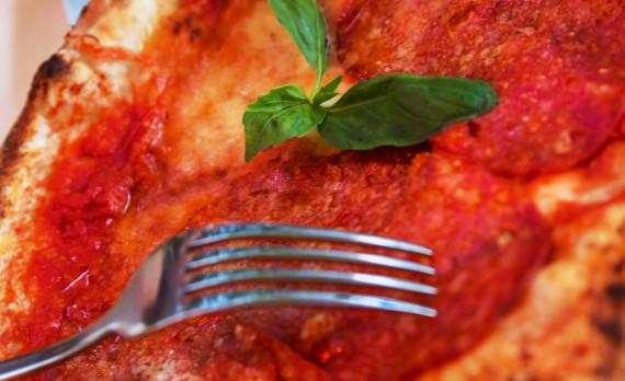 Pizza, salami, basil, basilicum, fork, vork, knive, mes, foodphotography, canon